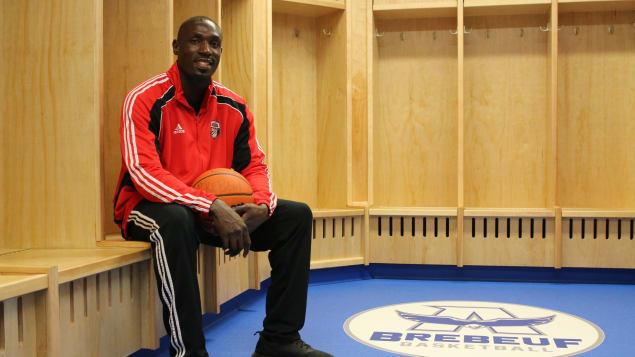 robinson-opong-basketball-brebeuf-ouganda-vestiaire